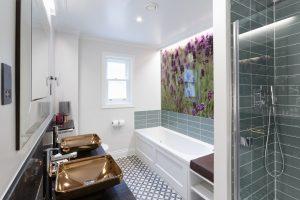 The contemporary bathroom in the Lavendula feature room