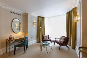 Lounge with writing desk in the Delphinium feature room